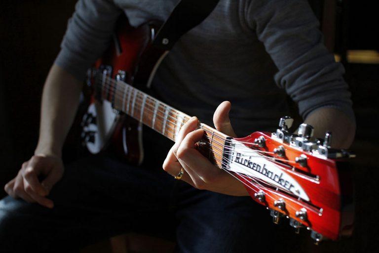 tocar guitarra aprender